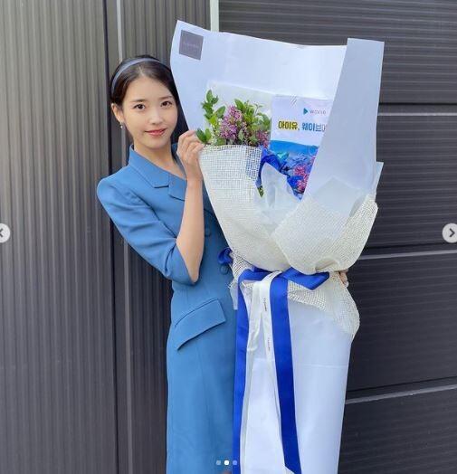 아이유, 화보급 미모+파란 정장원피스 인증샷 눈길 '여신美'